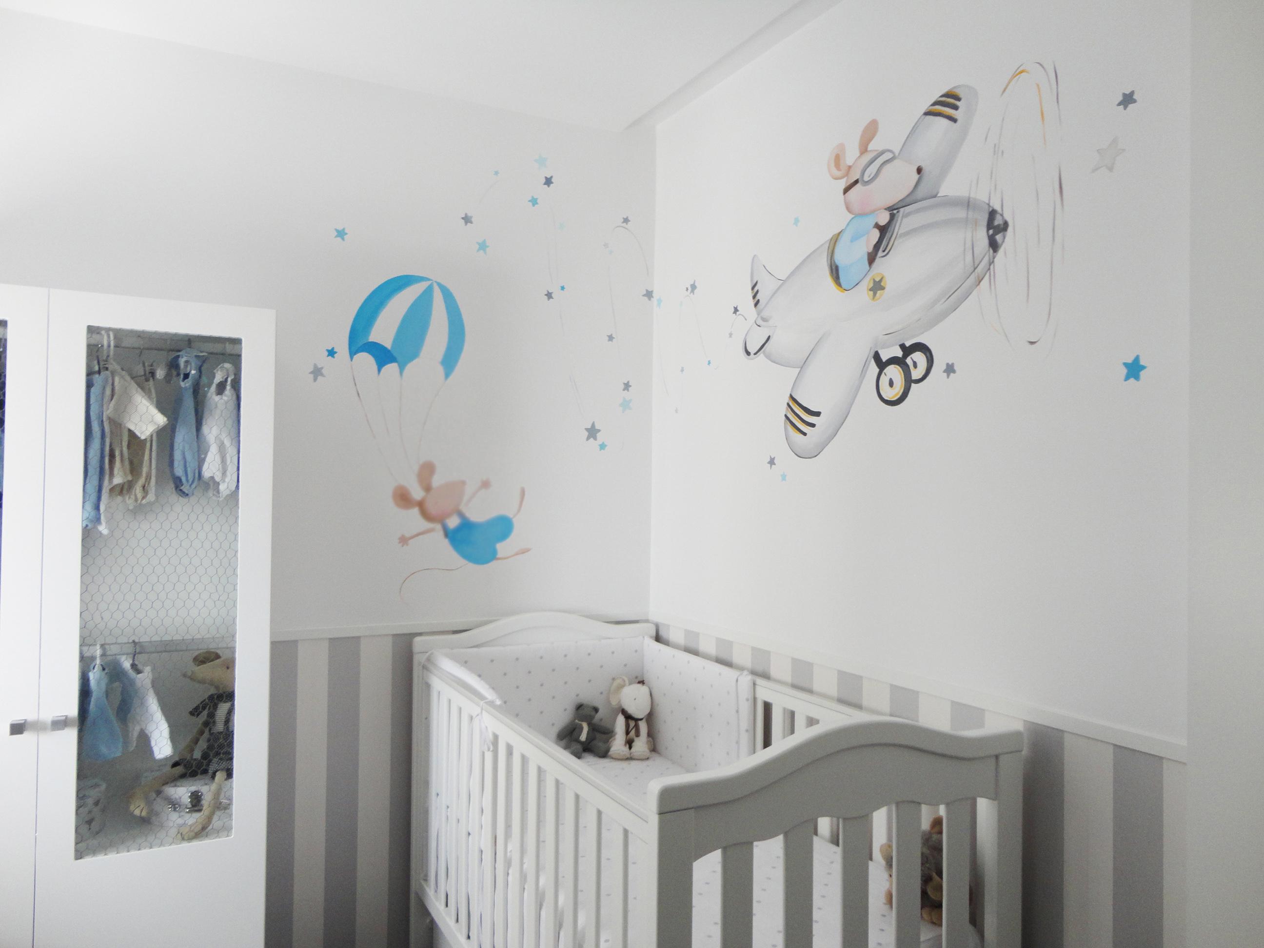 mural ratoncitos en avion y en paracaidas